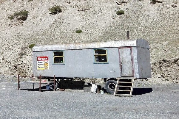 picture of a mobile home in the middle of the desert