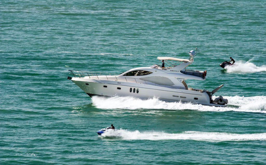 Foto einer fahrenden Yacht