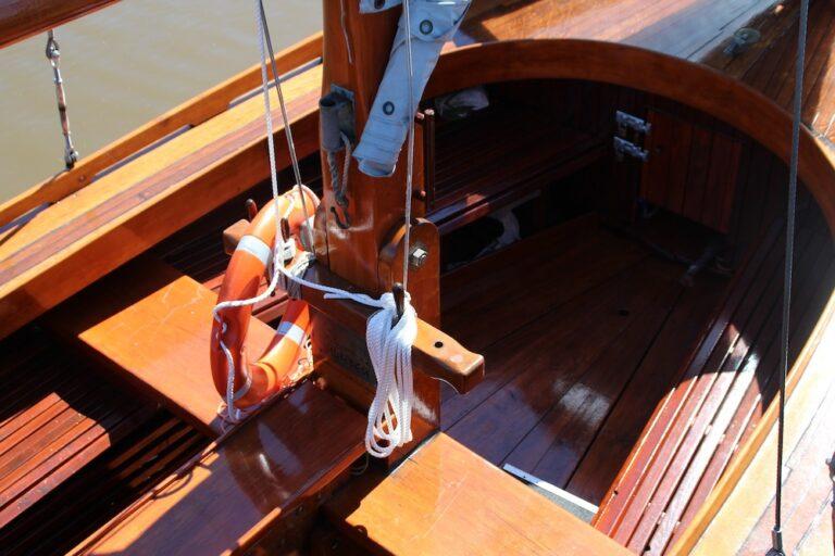Foto von einem Segelboot aus Holz